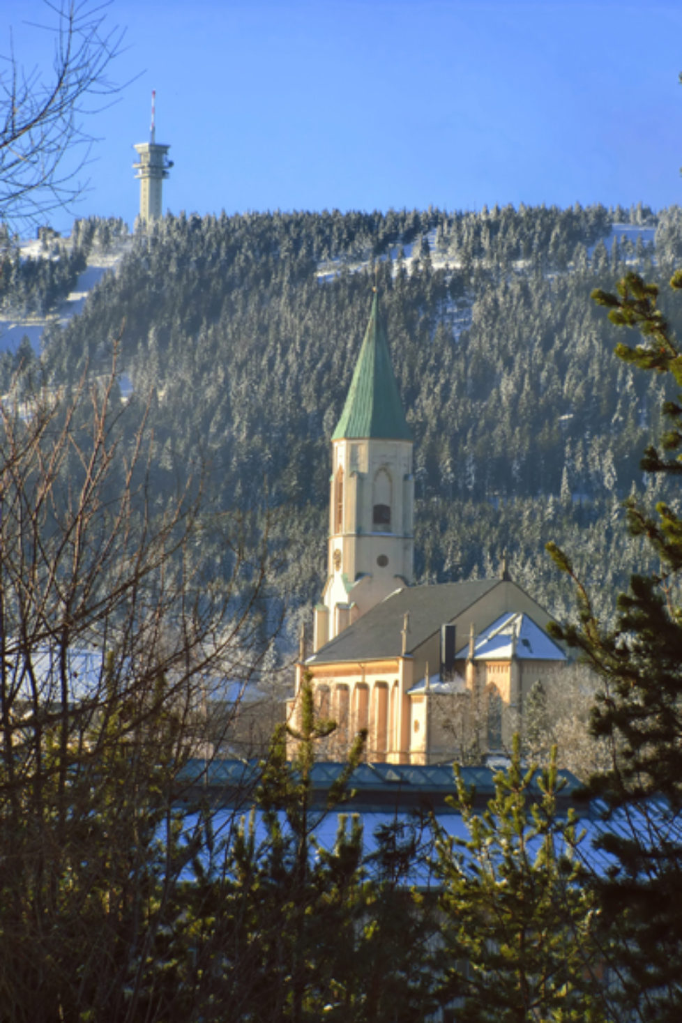 Oberwiesenthaler-Kirche-mit-Keilberg
